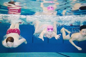 Children swimming underwater © Foto: Imagesource